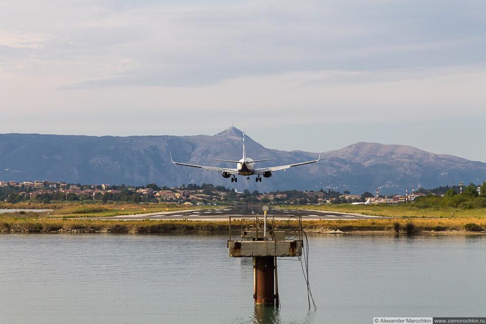 Приземление самолёта в аэропорту Керкиры, Корфу, Греция