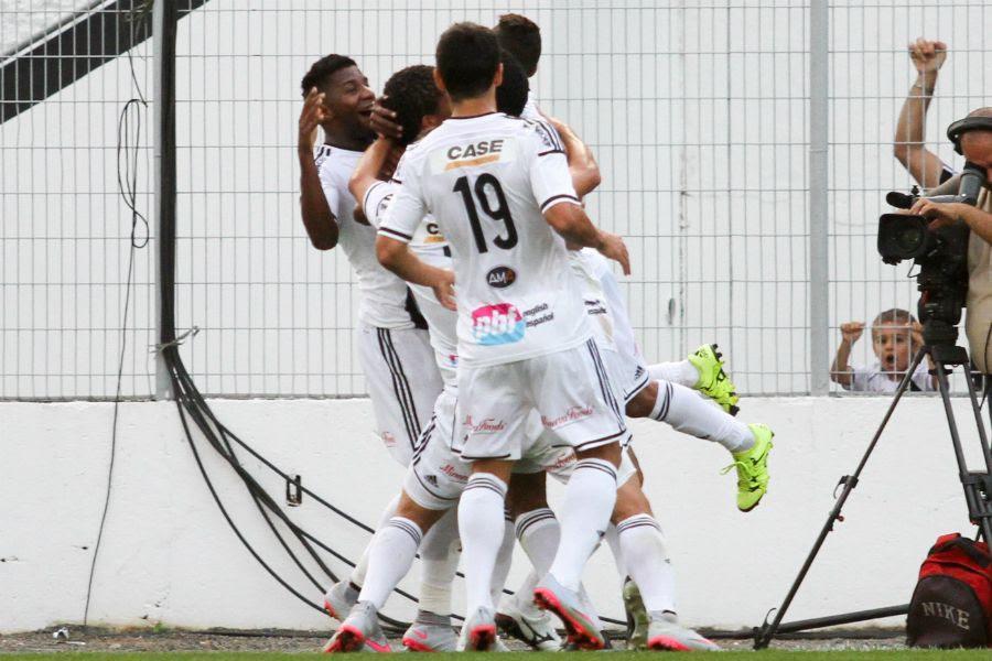 Jogadores da Ponte Preta comemoram gol anotado por Pablo - Luciano Claudino/Código19/Folhapress