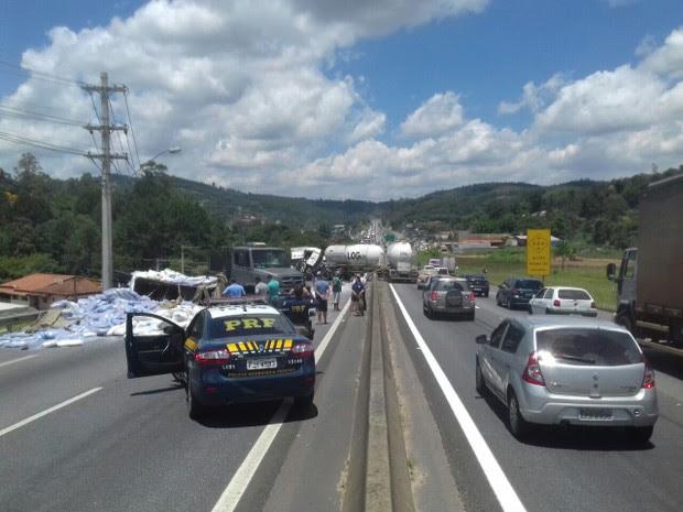 Acidente na Fernão Dias em Atibaia interdita o trânsito (Foto: Divulgação/PRF)