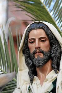 Siente especial cariño por la imagen del Cristo del Amor de Rociana, primera que realizó de cuerpo entero.