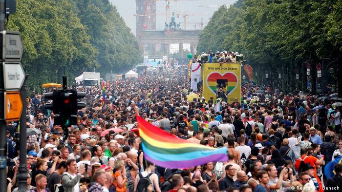Deutschland Tausende feiern Christopher-Street-Day in Berlin (Reuters/F. Bensch)
