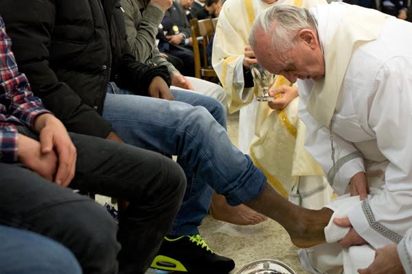 Antes de Francisco assumir o pontificado, papas celebravam a Quinta-Feira Santa em basílicas romanas e usavam padres no lava-pés