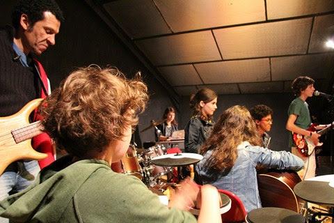 John sur scène avec les ados pendant la colo musique et cinéma ROCK THE CASBAH