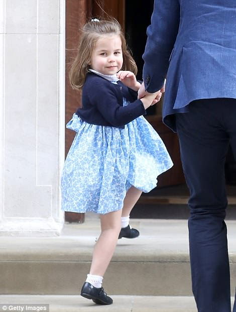 La Princesa Charlotte se veía igual que su madre el día de hoy ya que ambos fueron vistos saludando en los escalones del Ala Lindo.