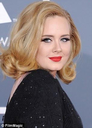 De repente, loiro e vermelho de lábios, Adele positivamente brilha em Armani enquanto pegar seis Grammys no início deste mês ¿e realizando pela primeira vez desde a cirurgia na garganta