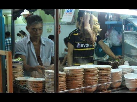 Đi ăn hủ tiếu bò viên đắt nhất Sài Gòn, khách vào nườm nượp