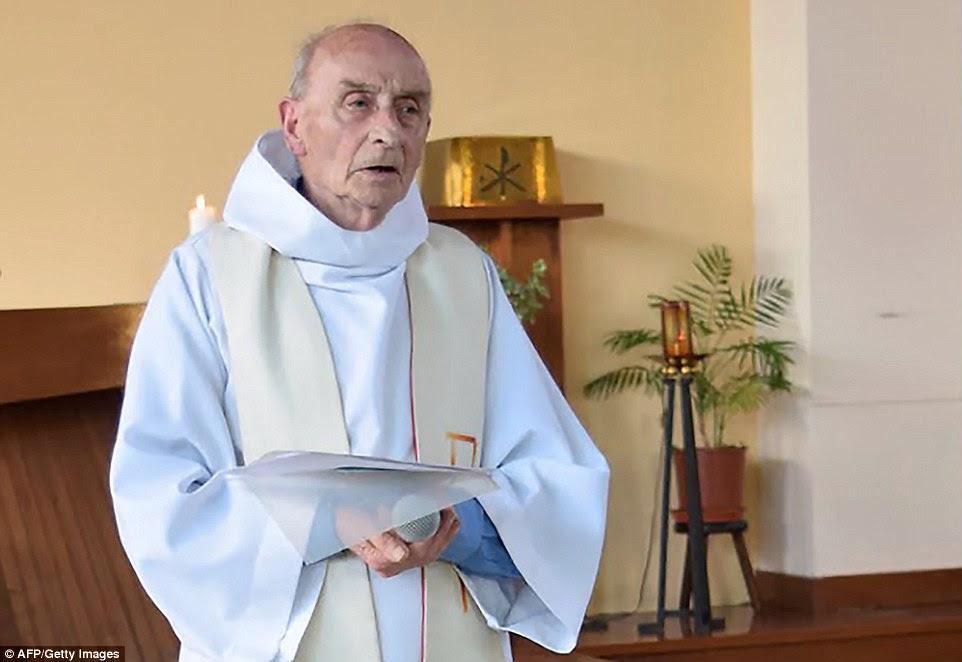 Pai Jacques Hamel teve a garganta cortada no ataque, que também deixou uma freira gravemente ferido.  Ele estava na igreja, porque ele estava preenchendo para o padre local, que estava de férias