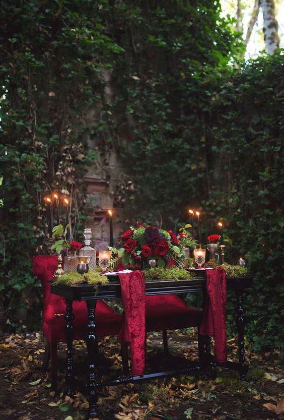 Schatz Hochzeit Tisch mit rotem samt, Moos, rote Rosen und schwarze Kerzen sieht sehr charmant
