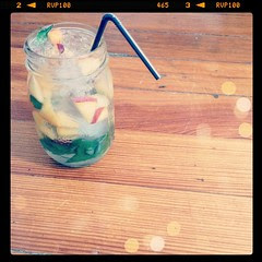 Sparkling water, rum, mint, and peaches #drink #summer #fruit