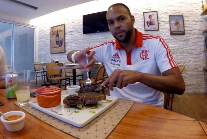 Alecsandro Flamengo restaurante (Foto: Cahê Mota / Globoesporte.com)