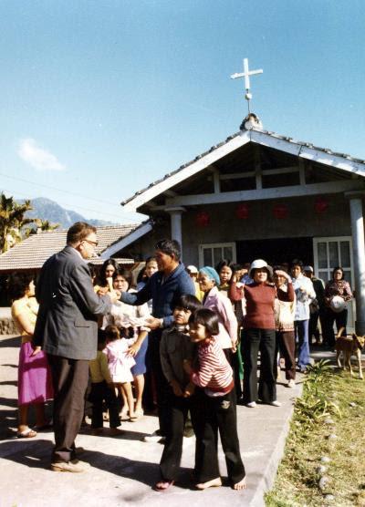 一張來自白冷會的歷史照片,重現當年教會神父 來到台東傳教的場景。(白冷會提供)