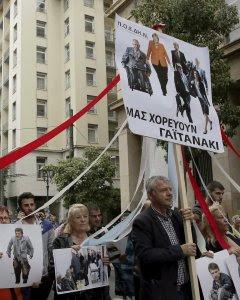 Varios activistas muestran una pancarta que reza 'Nuestro baile de mayo' mientras participan en una manifestación durante la huelga general de 24 horas. EFE/Alexandros Vlachos