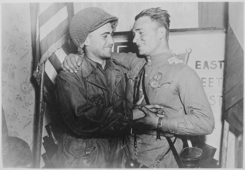 File:Happy 2nd Lieutenant William Robertson and Lt. Alexander Sylvashko, Russian Army, shown in front of sign (East Meets... - NARA - 531276.tif
