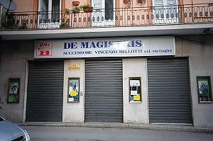 La crisi dei negozi storici chiude anche De Magistris