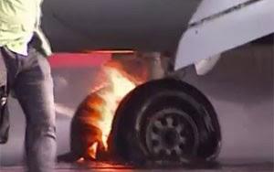 Incêndio em trem de pouso de Boeing 737 da companhia UTair obrigou a retirada de emergência de 140 ocupantes (Foto: BBC)