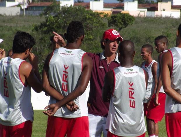 Técnico Alexandre Irineu conversa com jogadores do América-RN (Foto: Tiago Menezes)