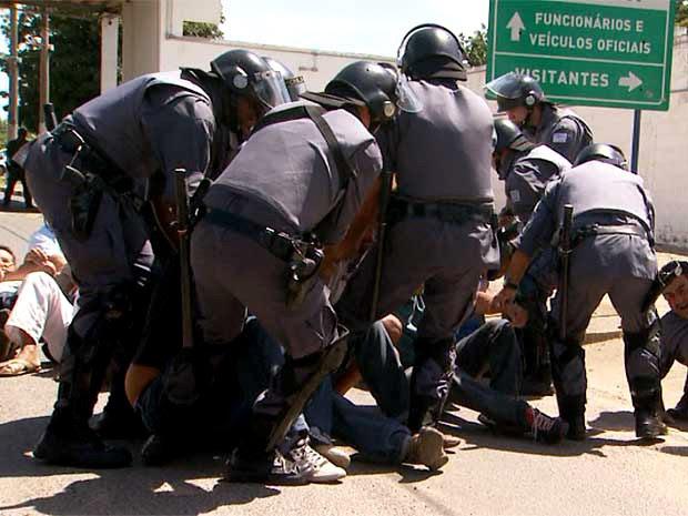 Tropa de Choque tenta retirar agentes penintenciários em greve que tentavam impedir a transferencia e presos em Hortolândia (Foto: Reprodução / EPTV)