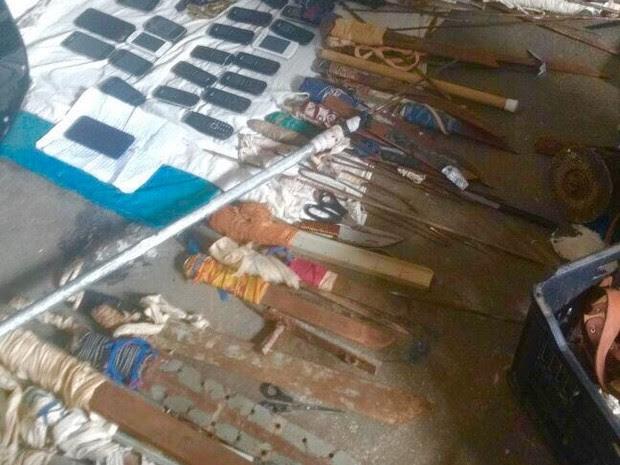 Armas brancas e celulares são apreendidos em Alcaçuz (Foto: G1 RN)