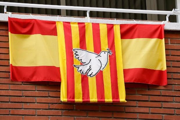 Bandeira catalã é colocada sobre espanhola com uma pomba branca da paz em varanda de Barcelona