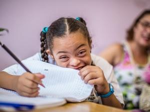 Lettícia da Silva Santos Azevedo, de 7 anos, tem sindrome de Down e estuda na Escola Municipal Celso Leite Ribeiro Filho, em São Paulo (Foto: Raul Zito/G1)
