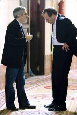 El diputado de IU, Gaspar Llamazares, conversa en los pasillos del Congreso con el portavoz del PSOE, José Antonio Alonso, el pasado 19 de noviembre.