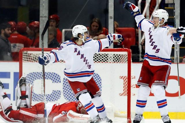 J.T. Miller (à droite) célèbre le seul but... (AP)