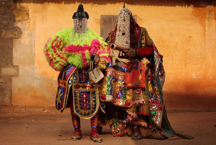 """Ouidah, Benin - 10 stycznia: duchy """"Egungun 'stand Voodoo podczas uroczystości 10 stycznia 2012 roku w Ouidah, Benin.  Owiana tajemnicą i często źle rozumiane, Voodoo została uznana za oficjalną religię w Beninie w 1989 roku, a rośnie popularność z około 17 procent populacji po nim. (Dan Kitwood / Getty Images)"""