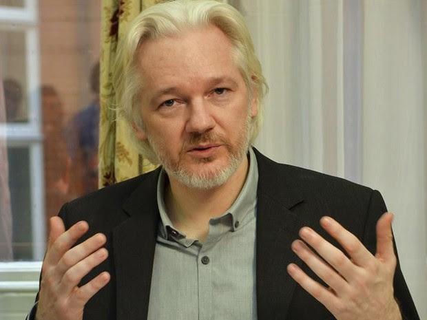 Julian Assange, durante entrevista na embaixada do Equador em Londres, em 18 de agosto de 2014 (Foto: Reuters/John Stillwell/Pool)