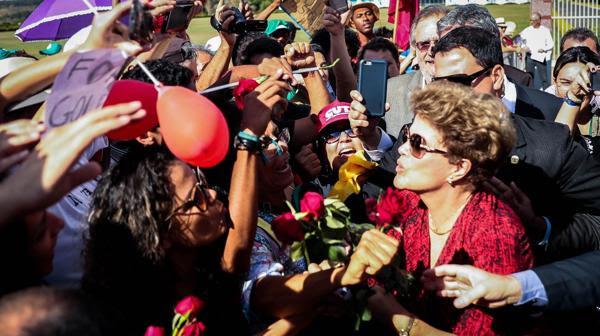 Dilma Rousseff dejó el Palacio de la Alvorada a seis días de su destitución (EFE)
