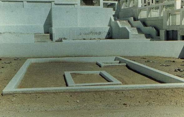 http://qitori.files.wordpress.com/2007/12/kuburan-sayyidah-khadijah-al-kubra-putranya-qasim-di-pojok_o.jpg