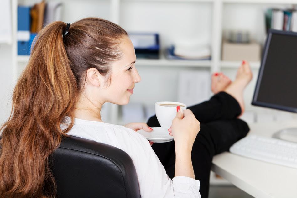 Resultado de imagen de persona tomando cafe