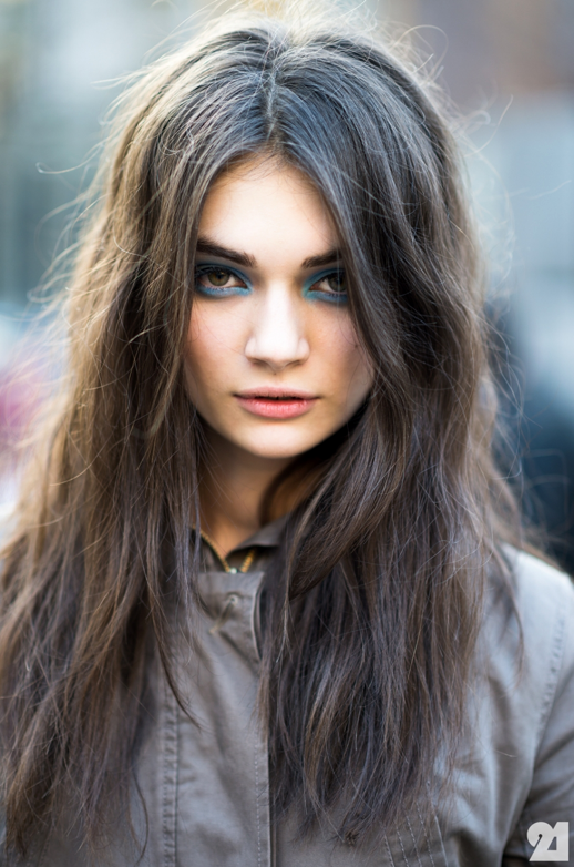 LE FASHION BLOG LONDON FASHION WEEK LFW FW FALL WINTER 2013 BEAUTY BLUE EYES BLUE EYE SHADOW TOPSHOP UNIQUE MODEL OFF DUTY ANTONINA VASYLCHENKO WAVY BRUNETTE BROWN HAIR VIA ADAM KATZ SANDING LE 21EME