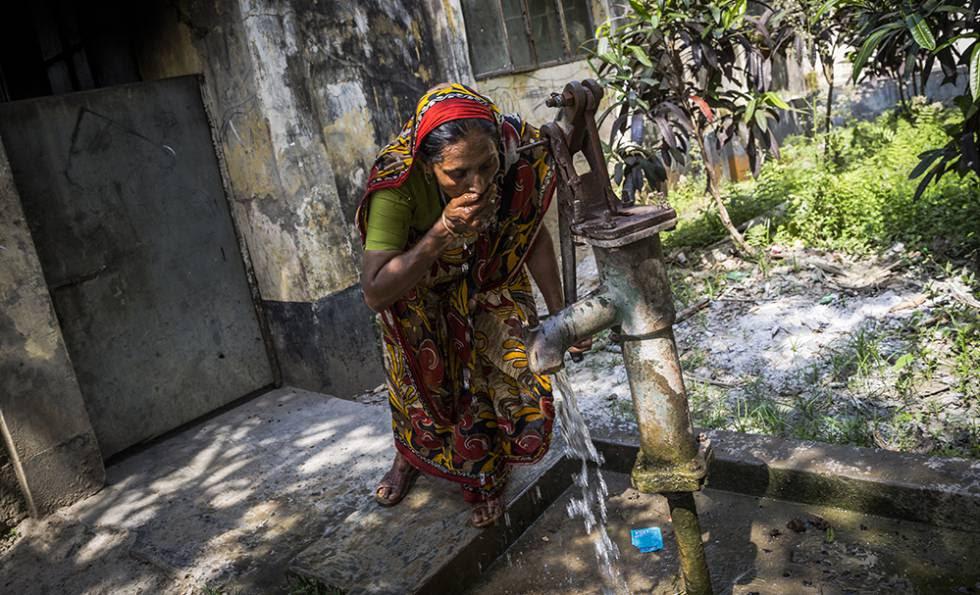 Rokeya bebe de un pozo instalado por el Gobierno. Ella cree que es seguro, pero un análisis posterior reveló que el agua también estaba contaminada por arsénico.
