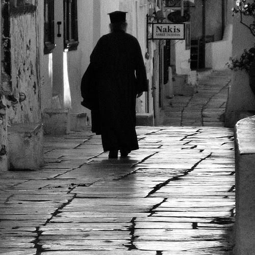 ιερέας περπατάει
