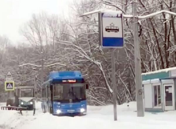 В Новокузнецке автобус застрял на трамвайных рельсах