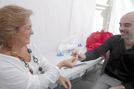 La concejala de asuntos sociales de Sevilla se hace una prueba del sida.