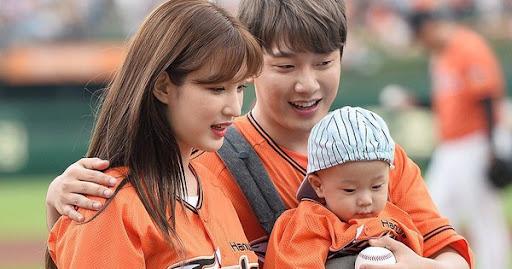 """Thần tốc như """"cặp bố mẹ trẻ nhất Kbiz"""": Minhwan và nữ idol ngực khủng sắp đón con thứ 2 chỉ sau 1 năm kết hôn"""