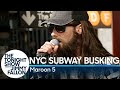 Maroon 5, Christina Aguilera e Miley Cyrus cantando disfarçados no metrô de Nova York