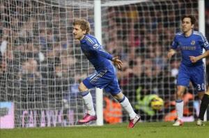 El jugador del Chelsea Marko Marin (i) celebra uno de los tantos de la goleada 4-1 que el Chelsea ha endosado al Wigan, durante el partido de la liga inglesa jugado en Stamford Bridge en Londres. EFE