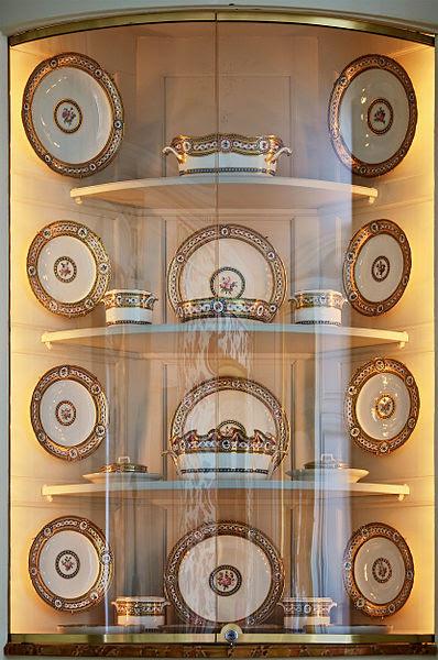 File:Porcelaine Sevres riche en couleurs et riche en or Versailles.jpg