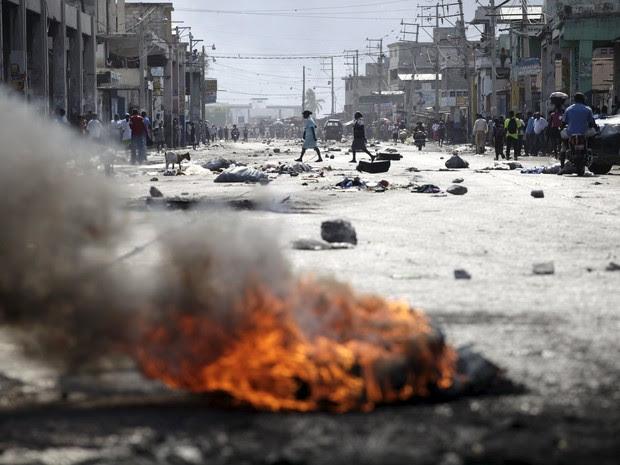 Protestos violentos no Haiti provocam o adiamento do segundo turno das eleições presidenciais e preocupam a ONU (Foto: Martinez Casares/Reuters)