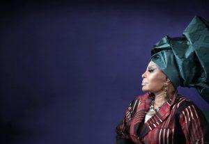 Elza Soares fala sobre feminismo, o amor por Garrincha e como cantar ainda é 'remédio bom'