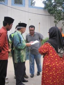 YB Dato' meneliti surat-surat yang diberikan oleh penduduk kepada pihak MPS