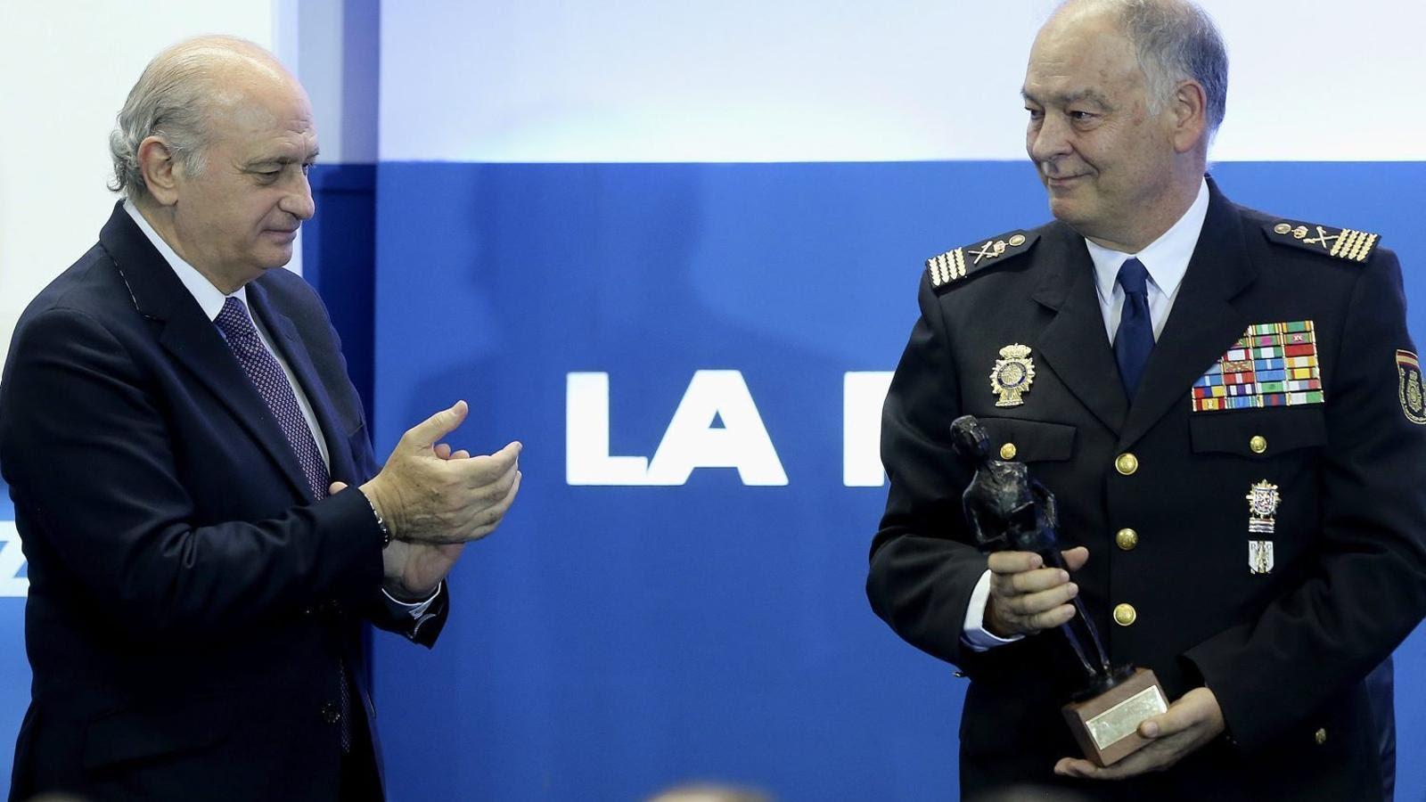 "El ministre Fernández Díaz lliurant a Eugenio Pino una distinció ""a la trajectòria del Cos Nacional de Policia"" concedida pel diari La Razón. / BALLESTEROS / EFE"