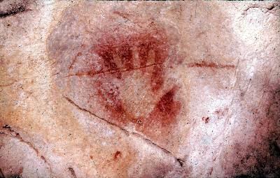 Una de las manos impresas en la Cueva de El Castillo, en Cantabria.