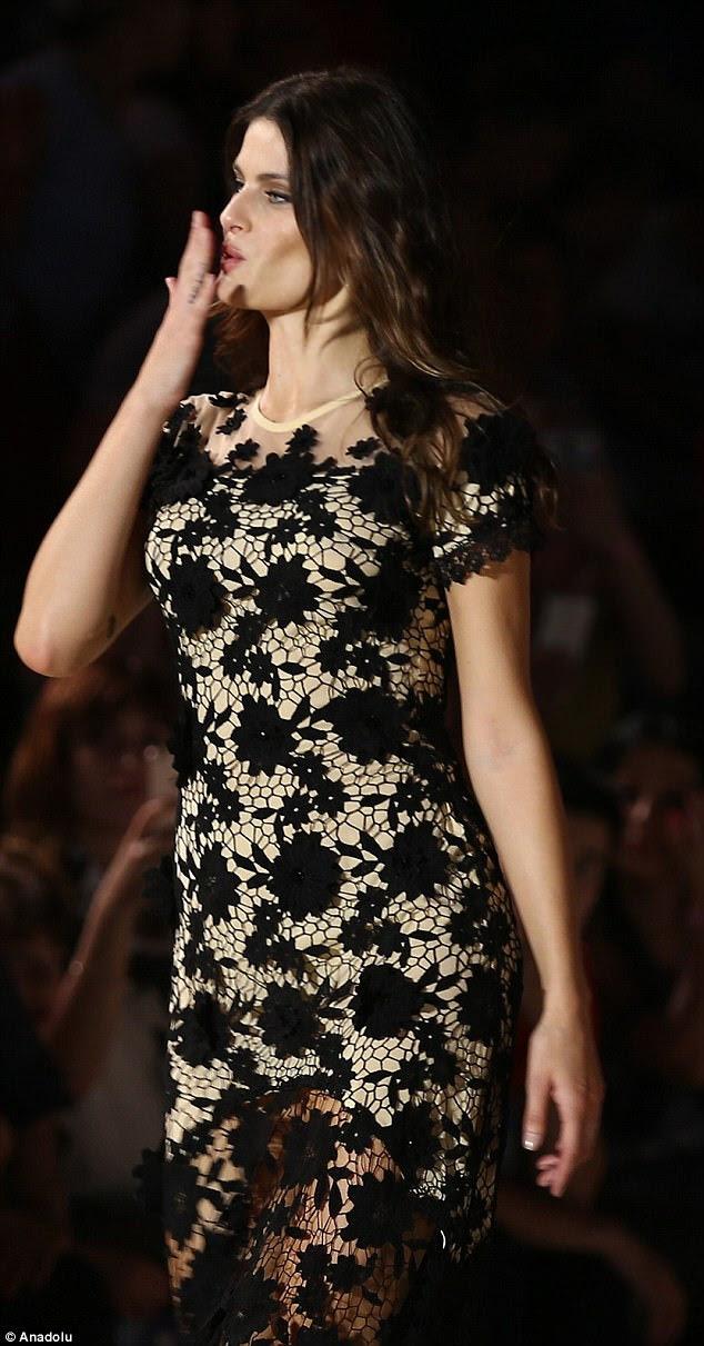 Uau: o modelo brasileiro Isabeli Fontana invadiu a pista de aterrissagem em um vestido crocheted que provocou seu quadro leggy