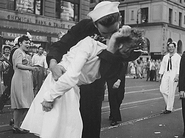 """Histórica foto chama """"V-J na Times Square"""" e é considerada símbolo do fim da Segunda Guerra Mundial (Foto: Victor Jorgensen/US Navy/Handout/files via Reuters)"""