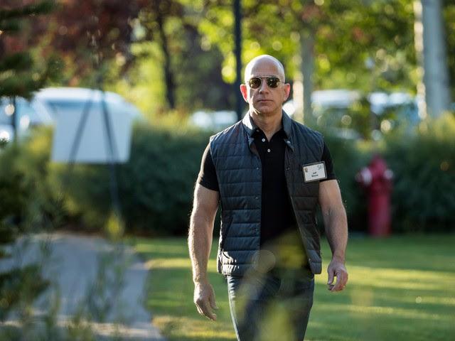 Mặc dù chưa ai biết rõ lịch trình tập thể dục buổi sáng của Bezos thế nào nhưng những hình ảnh của vị CEO này tại một hội nghị mới đây thường được so sánh với Vin Diesel và nhiều người nói rằng đã nhìn thấy rất rõ cơ bắp của Bezos.