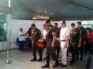 Corpo do cabo Michel Augusto Mikami chega ao velório em Vinhedo-SP (Foto: Lana Torres/G1)