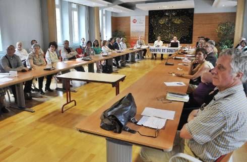 Bénévoles, psychologues et responsables de la CPAM, la MSA ou de l'hôpital, autour de Jean-Marie Coupel, dans la salle du centenaire, début juillet.? - Photo F.Lherpinière